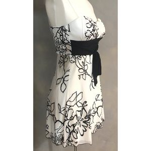 Dresses - Black and White Floral Patterned Dress